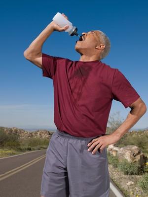 Homem bebendo água eu atleta (Foto: Getty Images)
