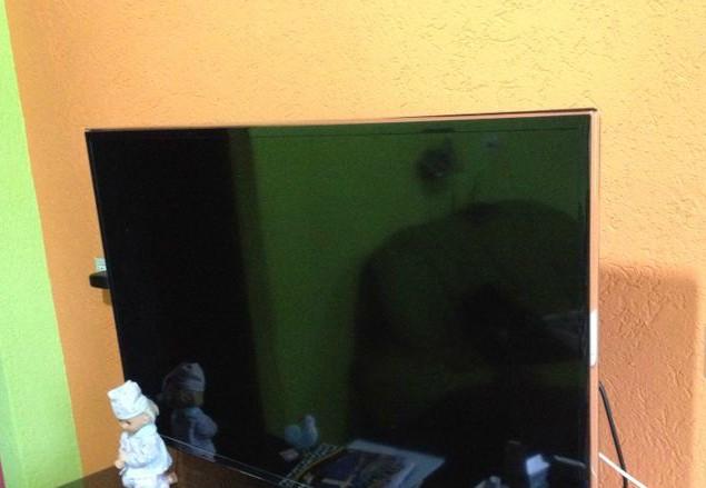 Um dos televisores apreendidos na casa do suspeito (Foto: SIG/Polícia Civil)