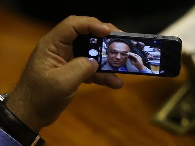 Fotógrafo flagra o momento em que o vice-presidente da Câmara dos Deputados, André Vargas (PT-PR), faz um 'selfie' com o presidente do STF, ministro Joaquim Barbosa, aparecendo ao fundo, na sessão de reabertura dos trabalhos legislativos, na segunda (3). (Foto: Dida Sampaio/Estadão Conteúdo)