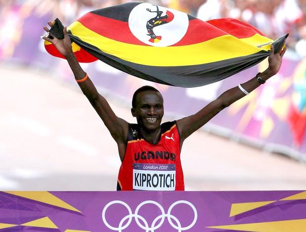 Stephen Kiprotich comemora vitória na maratona das olimpíadas (Foto: Reuters)