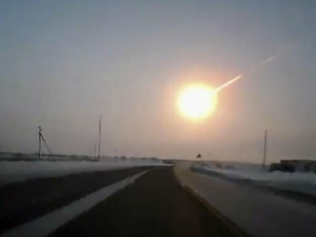 Cerca de 950 pessoas ficaram feridas em consequência de um meteorito que atravessou o céu sobre a Rússia nesta sexta-feira (15), lançando bolas de fogo na direção da Terra, quebrando janelas e acionando alarmes de carros, segundo autoridades locais. (Foto: AP Photo/Nasha gazeta/www.ng.kz)