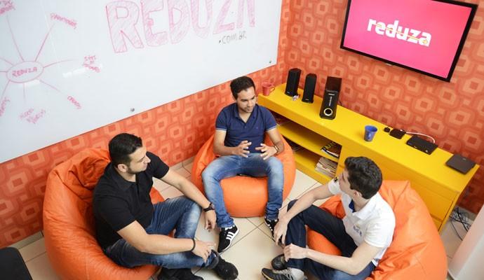 Os criadores da Reduza, startup que exibe descontos: (à esq.) Amador Gonçalves, Alessandro Fontes e Lucas Pelegrinos.