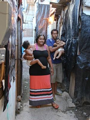 Condições insalubres fazem parte da vida do casal, que não desiste de dar uma vida melhor à pequena Vitória e sua irmã (Foto: João Carlos Lacerda/FAV)