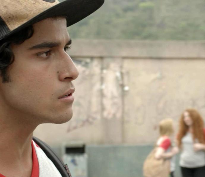 Jabá vai dar satisfação a Lucas, mas grafiteiro finge que não se importa (Foto: TV Globo)
