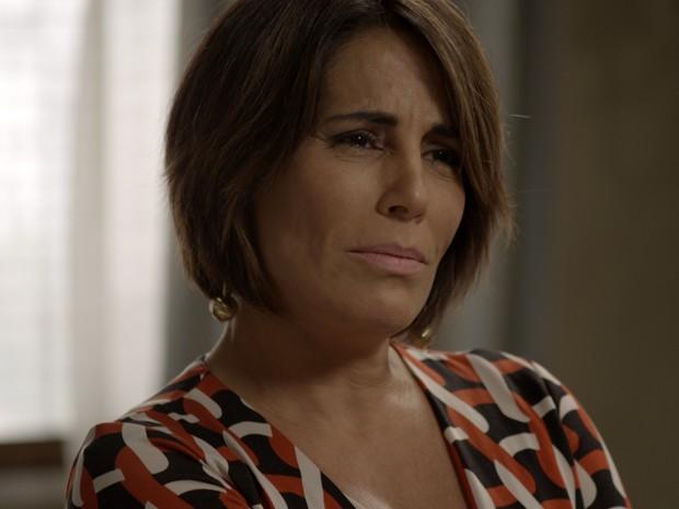 Beatriz conta para Aderbal que amante dele está na cadeia (Foto: TV Globo)