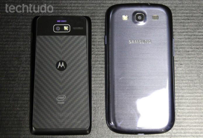 Motorola Razr i ao lado do Galaxy S3 (Foto: Allan Melo / TechTudo)