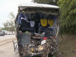 Ônibus destruído após acidente com carreta na BR-040  (Foto: reprodução/TV Integração)