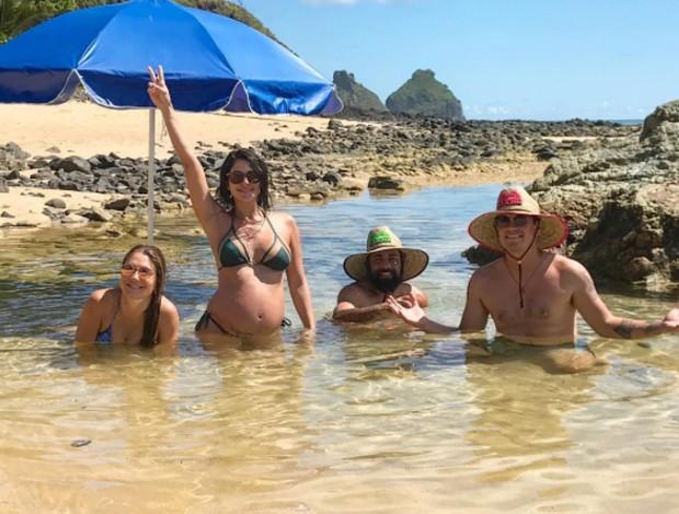 Carol Castro com amigos em Fernando de Noronha (Foto: Reprodução/Instagram)
