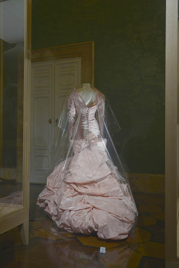 """Clouds of Faille"": Wedding dress in pink and ivory taffeta by Christian Lacroix Haute Couture, July 1987. This was the very first dress made by the Lacroix atelier, for the wedding of Pia de Brantes, just a few weeks before his debut Haute Couture show, and shows a mastery of volume. De Brantes has donated the dress to the Museum of Fashion of Palazzo Pitti. (Foto: FONDAZIONE PITTI IMMAGINE//ALESSANDRO CIAMPI)"