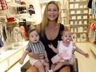 Após se irritar com paparazzo, Luana Piovani vai a evento com os filhos