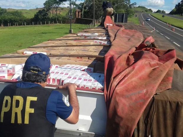 Caminhão usava placas de outro veículo com características semelhantes (Foto: Divulgação/PRF)