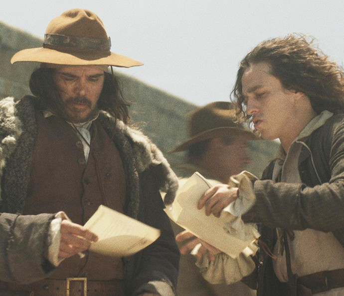 Raposo recebe novos documentos de Joaquina, antes de embarcarem para Portugal (Foto: TV Globo)