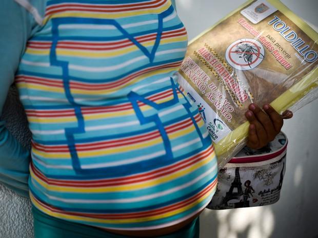 Mulher grávida segura uma rede para proteção contra mosquitos em Cali, na Colômbia, em 10 de fevereiro: zika já afetou mais de 5 mil mulheres no país (Foto:  AFP Photo/Luis Robayo)