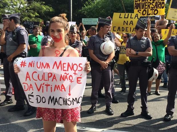 Polícia Militar divide protesto contra femincídio e a favor da prisão de Lula (Foto: Lívia Machado/G1)