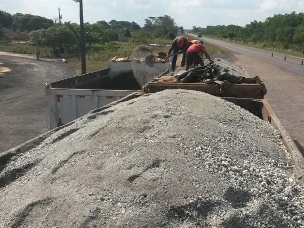 Caminhão que transportava brita excedia a capacidade de carga em quase 50 toneladas (Foto: Divulgação / PRF)
