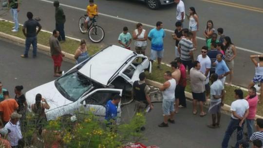 Adolescente morre após carro bater em poste no Centro de Monte Sião
