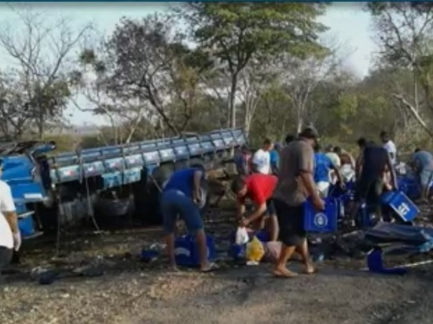 Motoristas saquearam carga de ceveja após acidente na BR-135 (Foto: Reprodução Inter TV)