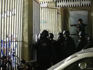 Batalhão de Operações Policiais Especiais entrou na área da arquibancada para conter torcedores (Foto: Jonathan Lins/G1)