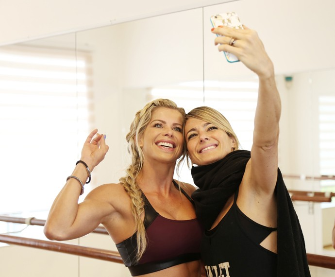 Karina Bacchi tira selfie com Betina Dantas (Foto: Carol Caminha / Gshow)