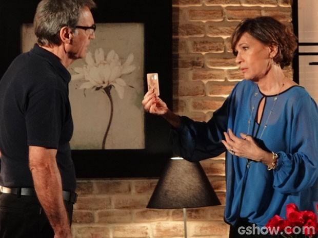 Cartão de Ricardo é recusado e Chica se oferece para pagar conta (Foto: Em Família/TV Globo)