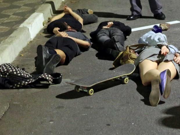 Alguns detidos foram algemados e colocados deitados no asfalto (Foto: Paulo Whitaker / Reuters)