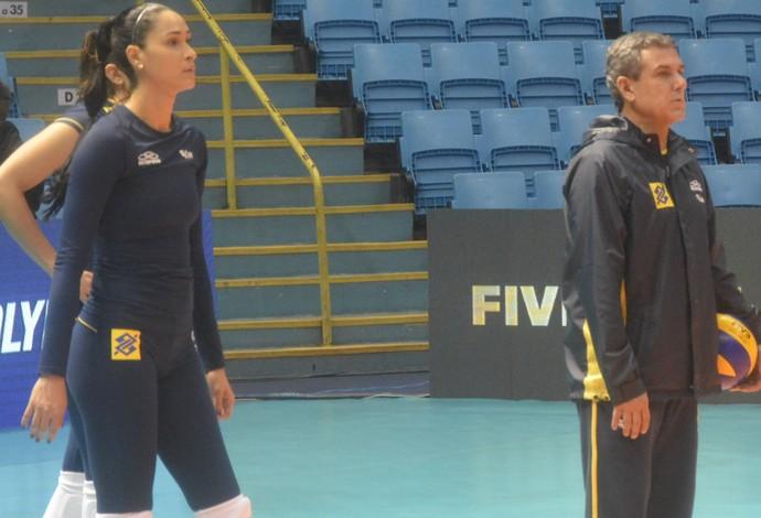 Jaqueline e José Roberto Guimarães treino seleção feminina vôlei são paulo (Foto: Divulgação/CBV)