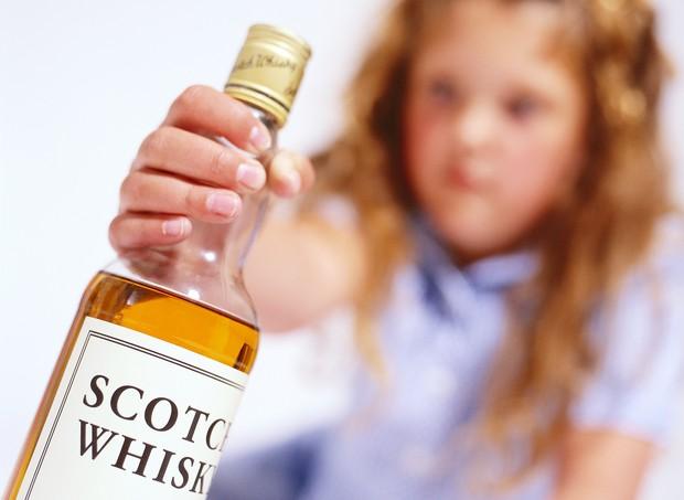 Infância livre de bebidas alcoólicas é a opção mais segura e saudável  (Foto: Thinkstock)