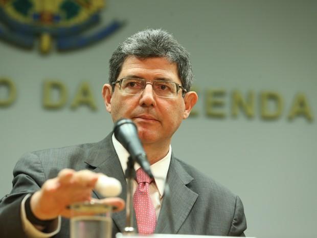 Joaquim Levy apareceu com o dedo indicador da mão direita enfaixado durante reunião do Conselho Brasileiro de Desenvolvimento Sustentável, nesta quinta (22)  (Foto: André Dusek/Estadão Conteúdo)