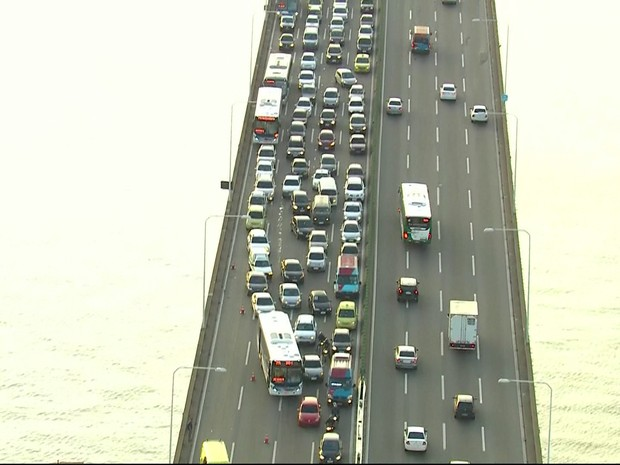 Trânsito ficou ruim na Ponte após acidente no sentido Rio (Foto: Reprodução/TV Globo)
