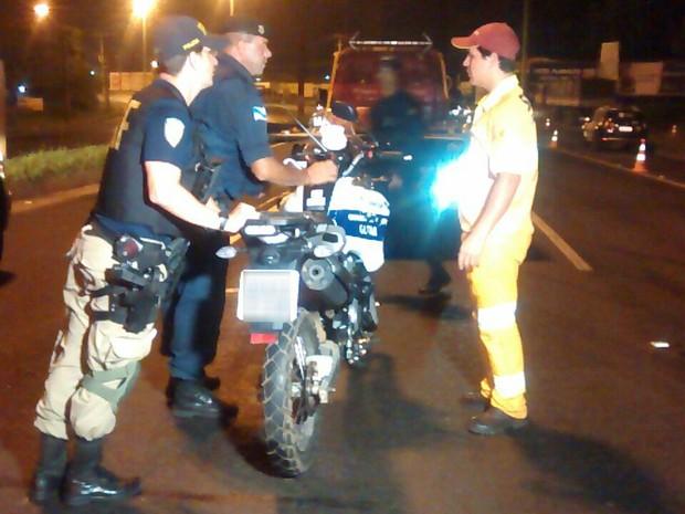 Guarda municipal que foi atropelado estava em uma moto (Foto: Divulgação / Polícia Rodoviária Federal)