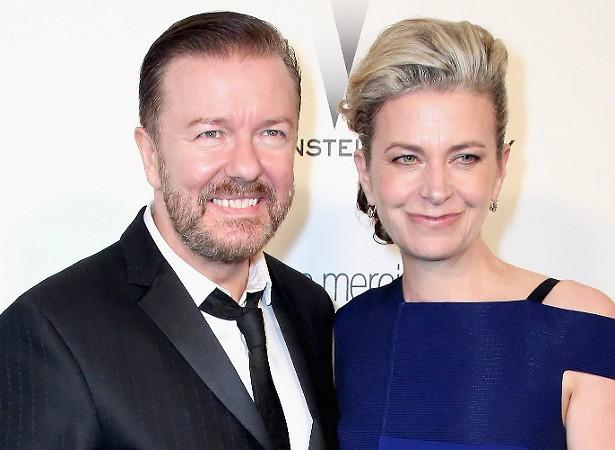 """Ricky Gervais está há mais de três décadas com a escritora Jane Fallon, de 54 anos. O ator britânico, que está com 53, declarou no talk show de David Letterman: """"Não acho que haja sentido em a gente se casar. Nunca queremos que nossas famílias se encontrem, seria terrível"""". Parece que a honestidade tem dado certo. (Foto: Getty Images)"""