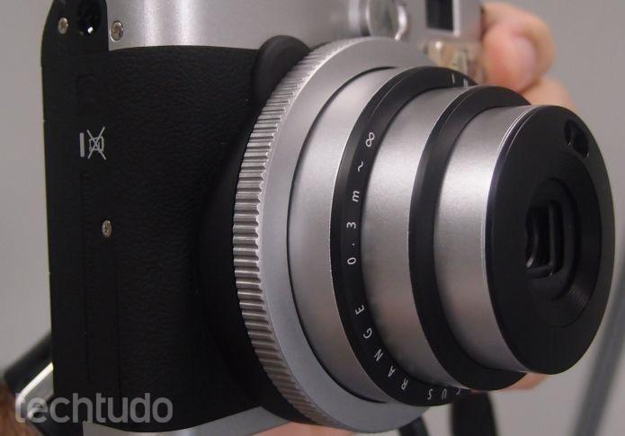 """De acordo com a Fujifilm, a Mini 90 é uma câmera """"neoclássica"""" (Foto: Pedro Zambarda/TechTudo)"""