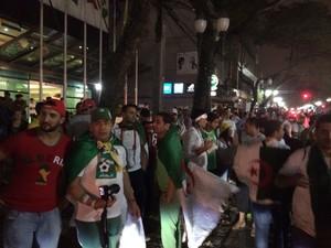 Argelinos comemoraram a primeira classificação para a segunda fase da Copa do Mundo (Foto: Fernando Araújo/ G1)
