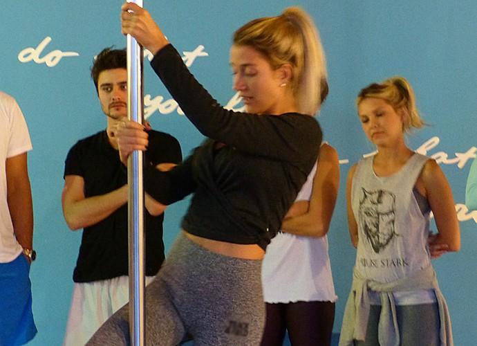 Gabriela Pugliesi mostrando suas habilidades na aula de pole dance (Foto: Giuline Bastos / Gshow)