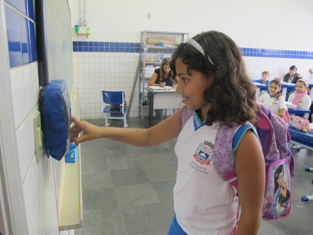 Alunos registram ponto eletrônico na entrada e na saída da escola (Foto: Anna Gabriela Ribeiro/G1)
