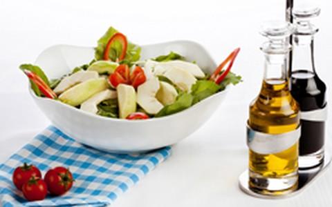 Salada de folhas verdes, maçã, nozes e molho de balsâmico com maracujá