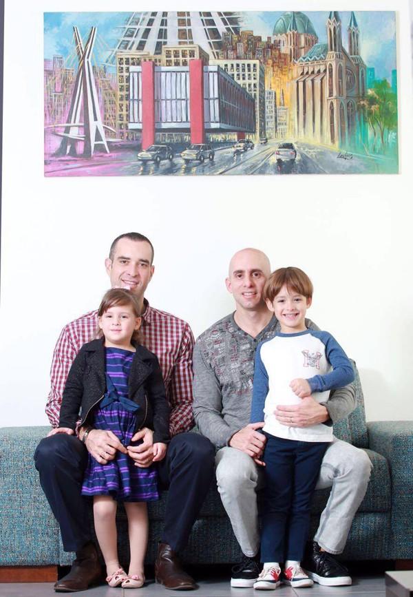 Roy Rosenblatt-Nir, o parceiro Ronen Rosenblatt-Nir e os filhos (Foto: Divulgação)