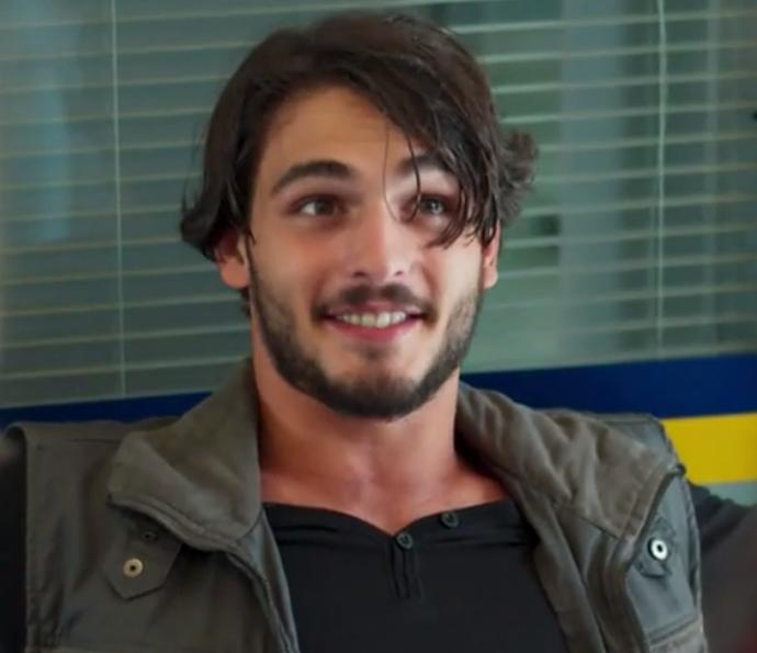 Roger aparece muuuuuiiito estranho no show da banda (Foto: TV Globo)