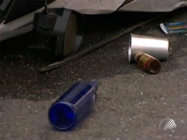 Polícia encontrou uma garrafa de vodka, uma lata de energético e um copo de alumínio dentro do carro que a jovem dirigia na Bahia (Foto: Reprodução TV Bahia)