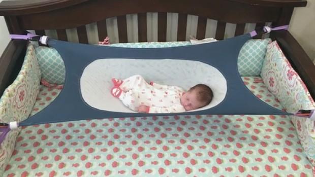 O Crescent Womb é ajustado ao berço do bebê (Foto: Reprodução)