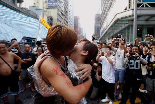 Jovens se beijam após o pedido inusitado (Foto: Liau Chung-ren/Reuters)