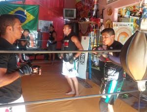 Garagem adaptada vira centro de treinamento para atletas de MMA (Foto: Marcos Martins/GLOBOESPORTE.COM)