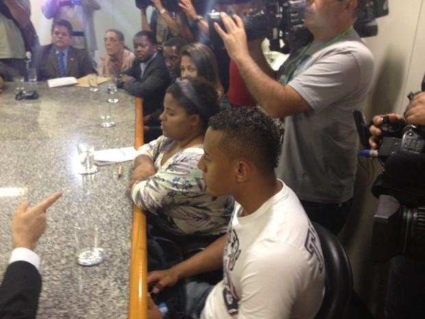 Família de Amarildo foi recebida no Ministério Público (Foto: Henrique Coelho / G1)