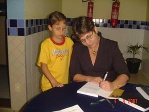 Autora realiza tarde de autógrafos em livraria de Ipatinga. (Foto: Nadieli Sthaler )
