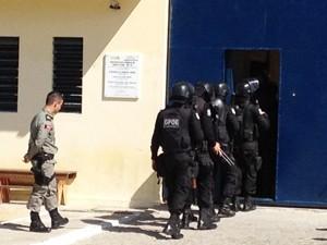 Grupo Penitenciário de Operações Especiais da Paraíba entram no presídio PB1 em João Pessoa (Foto: Walter Paparazzo/G1)