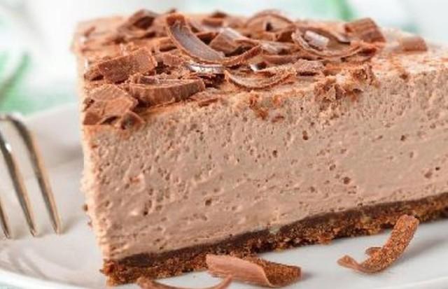 Bolo gelado de chocolate leva apenas quatro ingredientes e fica pronto em seis passos