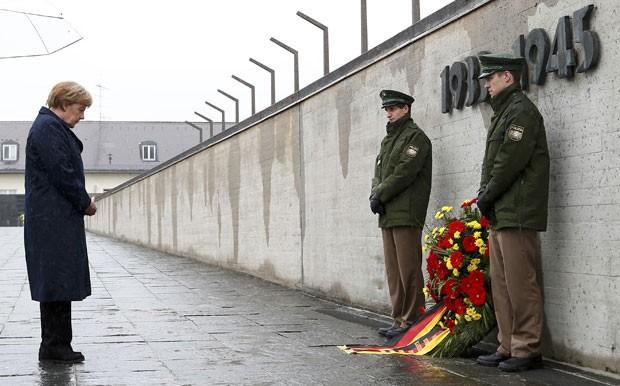 A chanceler da Alemanha, Angela Merkel, faz silêncio durante cerimônia no ex-campo de concentração de Dachau neste domingo (3) (Foto: Michaela Rehle/Reuters)