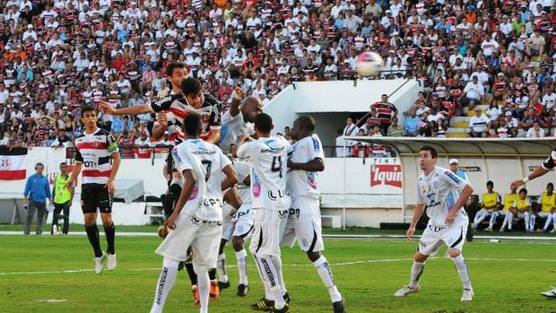 William Alves sobe para marcar o primeiro do Santa Cruz sobre o Treze (Foto: Aldo Carneiro / Pernambuco Press)