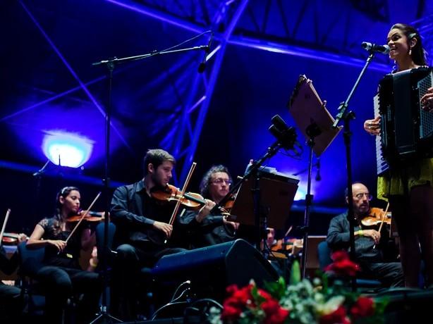 Lucy Alves, que participa do The Voice Brasil, é multi-instrumentista e se apresentou, ora com bandolim, ora com a sanfona (Foto: Rafael Passos/Secom-JP)