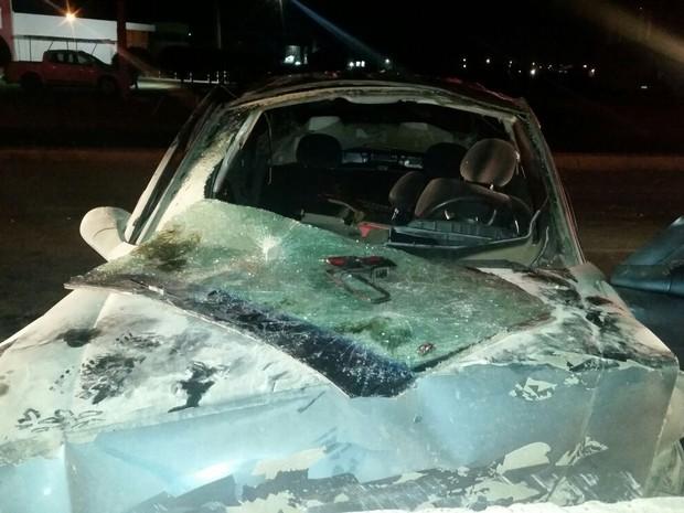 Carro colidiu em uma mureta na BR-104, em Caruaru (Foto: Divulgação/PRF)